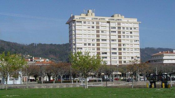"""Com 13 andares, o edifício, conhecido como """"Prédio Coutinho"""", situado em pleno centro histórico da cidade, tem demolição prevista desde 2000, ao abrigo do programa Polis"""