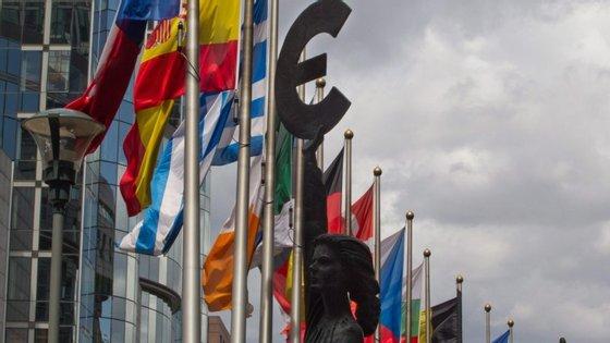 Tal como previsto no Pacto de Estabilidade e Crescimento, Bruxelas coloca um país sob Procedimento dos Défices Excessivos se tiver um défice orçamental acima de 3% e se a dívida pública superar os 60% do Produto Interno Bruto.