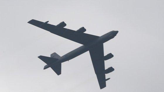 O voo, que ocorreu a baixa altitude sobre a base aérea de Osan, a 70 quilómetros da fronteira com a Coreia do Norte, foi escoltado por um caça americano e outro sul-coreano e serve assim como aviso e advertência ao país liderado por Kim Jong-un.