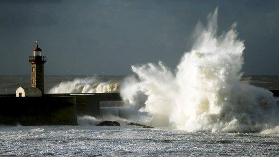 Devem-se colocar também no próximo ano turbinas de produção de energia através das ondas na costa oeste de França.