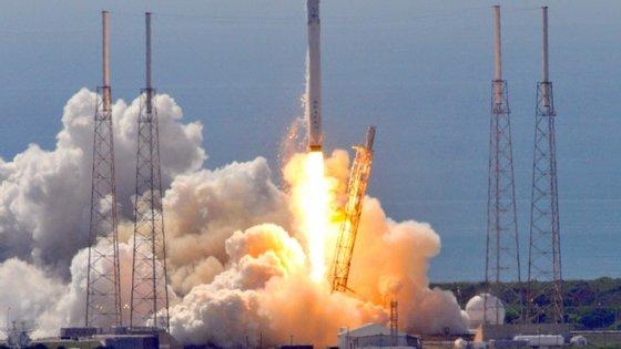 O foguetão aterrou na vertical, mas desequilibrou-se e caiu, explodindo no impacto da queda