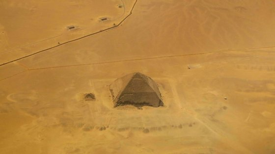 Vista aérea da Pirâmide Inclinada, em Dahshur, a cerca de 40 quilómetros do Cairo, Egito