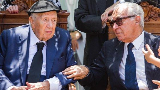 Almeida Santos, à direita, esteve ao lado de Mário Soares durante a cerimónia fúnebre de Maria Barroso