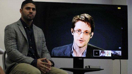 O jornalista David Miranda foi detido em 2013 no aeroporto de Heathrow em Londres quando transportava documentos encriptados contendo material jornalístico com origem em Snowden. Desse material faziam parte cerca de 58 mil documentos dos serviços de inteligência ingleses e classificados como confidenciais.