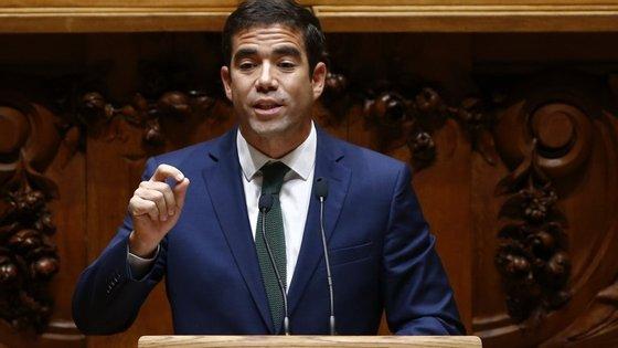 Leitão Amaro é um dos deputados que assina a declaração de voto e o principal subscritor do pedido de audição do ministro das Finanças e de Carlos Costa