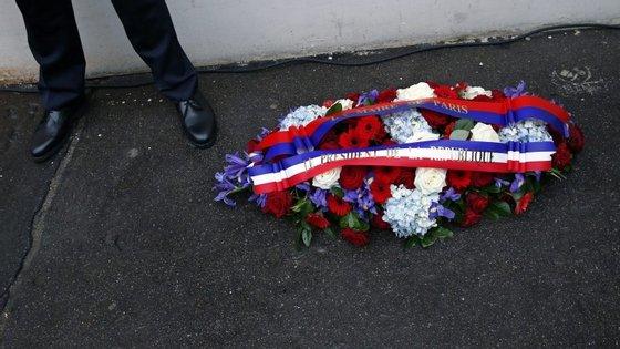 O Presidente da República, François Hollande, presta homenagem às forças policiais na sede da polícia em Paris.