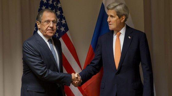 Sergei Lavrov, ministro dos Negócios Estrangeiros russo, e John Kerry, secretário de Estado norte-americano, garantiram que o início das conversações não será adiado