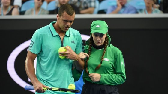 O tenista francês de 31 anos, atual número 10 do ranking, interrompeu o encontro para escoltar a apanha-bolas até um membro da organização do torneio