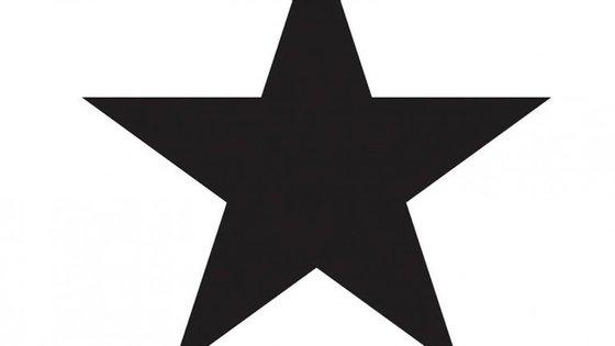 """Uma estrela negra e um conjunto de pequenas (e quase todas imperfeitas) figuras sob fundo branco: uma despedida descarnada do """"camaleão"""" da pop"""