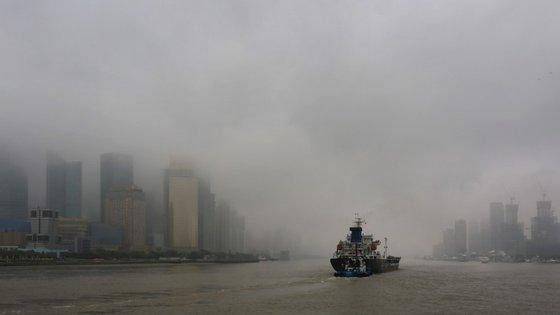 A sanção, a mais elevada de sempre na China no âmbito de um litígio ambiental, resultou da denúncia por uma organização ambientalista de que as empresas despejaram 25 mil toneladas de resíduos de ácido clorídrico em dois rios.