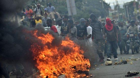 Protestos de manifestantes nas ruas de Port-au-Prince contra a realização das eleições de 24 de janeiro