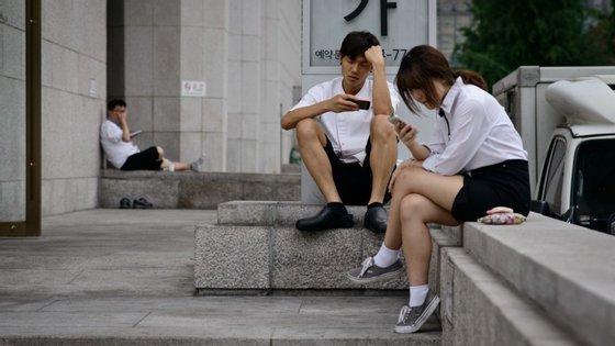 Jovens sul-coreanos numa rua de Seul