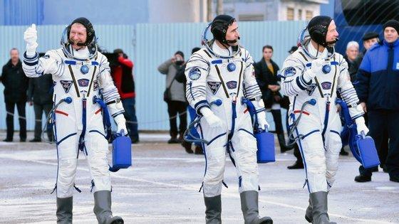 (Da esquerda) O astronauta britânico Tim Peake, o cosmonauta russo Yuri Malenchenko e o astronauta norte-americano Tim Kopra antes de partirem para a Estação Espacial Internacional