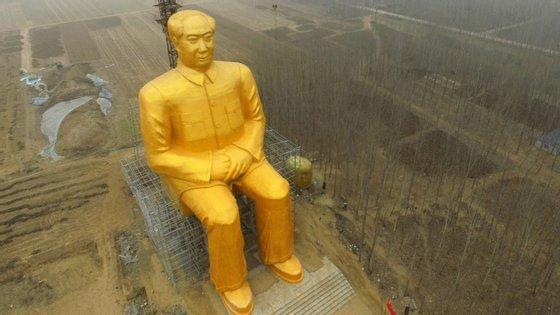 Foi construída uma gigantesca estátua dourada com 36 metros de altura em Tongxu na provìncia chinesa de Henan, que terá um custo a rondar os 420 mil euros. A iniciativa partiu de habitantes e empresários da região.