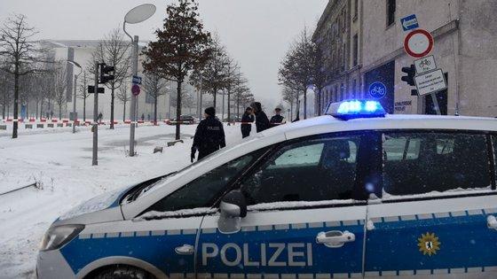 A polícia montou em perímetro de segurança em redor do edfício