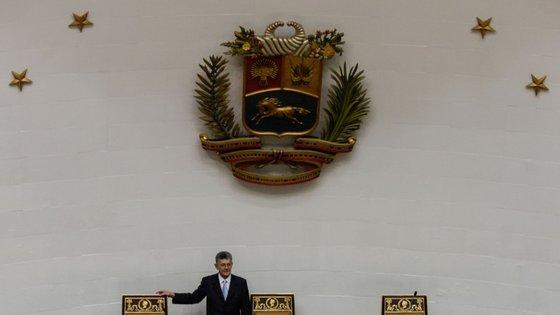 """Os três deputados da oposição ao Governo pediram para ser """"desincorporados"""" do parlamento, perante suspeitas de alegas irregularidades eleitorais na sua eleição pelo estado Amazonas e depois da decisão do Supremo."""