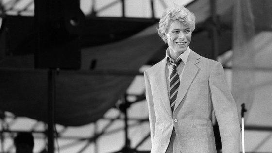 David Bowie tinha ambos os olhos azuis, mas uma luta provocou a dilatação de uma das pupilas modificando-lhe o olho