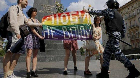 Dar beijos ou simplesmente andar de mãos dadas em público por vir a ser proibido para os casais homossexuais