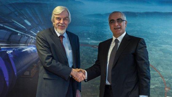 O antigo diretor-geral do CERN (à esquerda), Rolf Heuer, e o embaixador palestiniano para as organizações internacionais em Geneva, Ibrahim Khraishi, depois da assinatura do acordo a 18 de dezembro