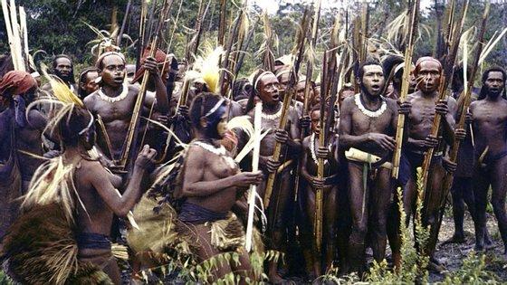 Crê-se que as tribos na Papua Nova Guiné são dos grupos que mais praticam o canibalismo no mundo.