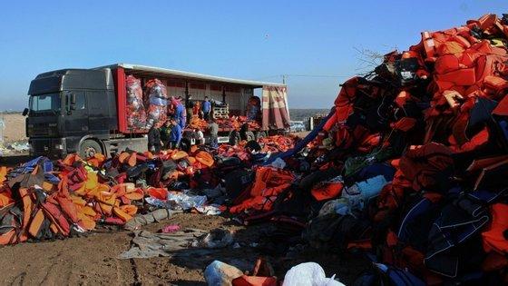 Muitos coletes salva-vida são de baixa qualidade, vendidos por traficantes turcos, que se aproveitam das necessidades dos refugiados