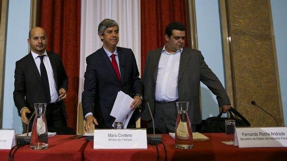 O secretário de estado dos Assuntos Fiscais, Rocha Andrade, à direita