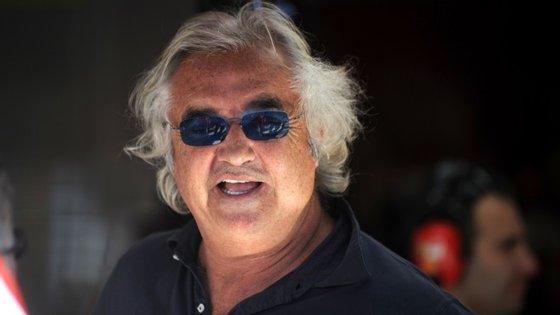 Este já não é o rosto do milionário italiano Flavio Briatore.