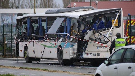 A AFP diz também que no autocarro estavam 17 a 18 passageiros todos adolescentes. O camião, segundo algumas fontes, transportava entulho.