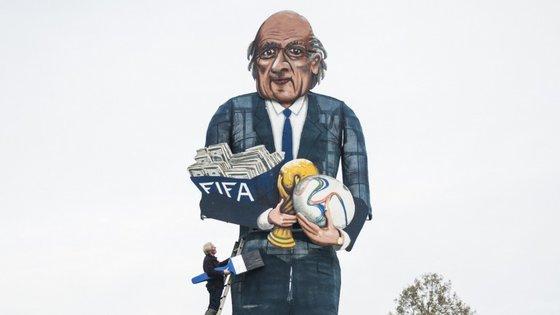 Este cartaz gigante representa Joseph Blatter, o suíço que passou os últimos 17 anos, dos 79 que leva contados, na presidência da FIFA. Na sexta-feira, os 209 membros da entidade escolhem o seu sucessor
