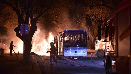 Testemunhas citadas pela BBC relatam carros incendiados próximos à área da explosão