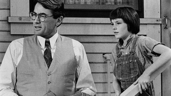 "Gregory Peck e a pequena Mary Badham numa cena de ""Na Sombra e no Silêncio"", de Robert Mulligan"