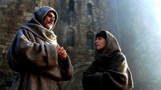 Sean Connery e Christian Slater na adaptação de Jean-Jacques Annaud