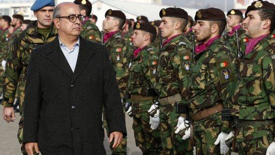 Ministro da Defesa está à procura de substituto para a chefia do Exército