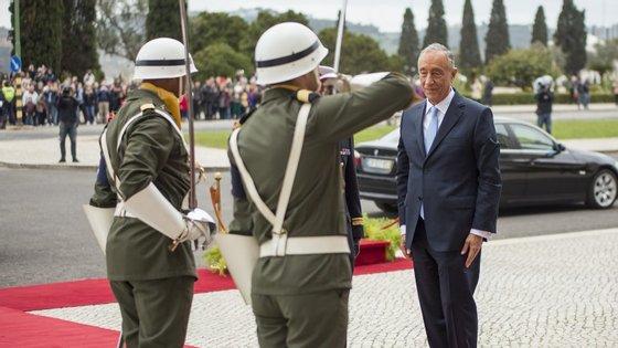 Marcelo Rebelo de Sousa a ser saudado por militares.