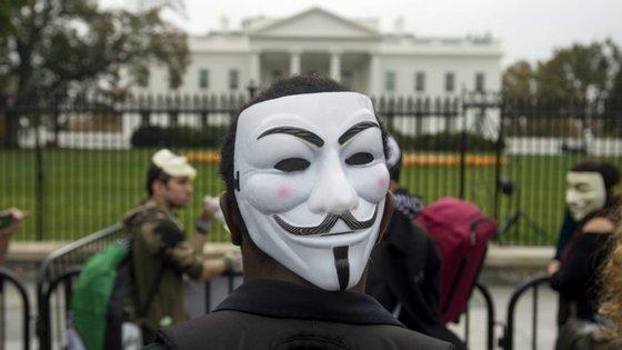 Os membros do grupo Anonymous são geralmente representados com uma máscara como esta
