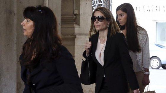 A inspetora da Judiciária Ana Saltão acompanha pelas advogadas à entrada do tribunal de Coimbra