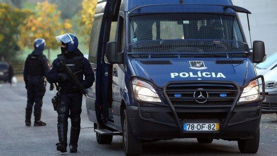 Três polícias e duas mulheres civis foram feridos na sequência do tiroteio