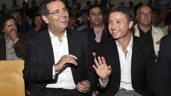 Pedro Coimbra (à direita) ao lado de Seguro. Agora deve enfrentar António Manuel Arnaut, próximo de Costa