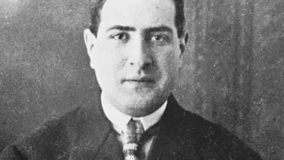 A foto não é esta mas o protagonista é: Mário de Sá-Carneiro nasceu em Lisboa em 1890 e morreu em Paris em 1916