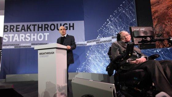 Yuri Milner e Stephen Hawking durante a apresentação do projeto