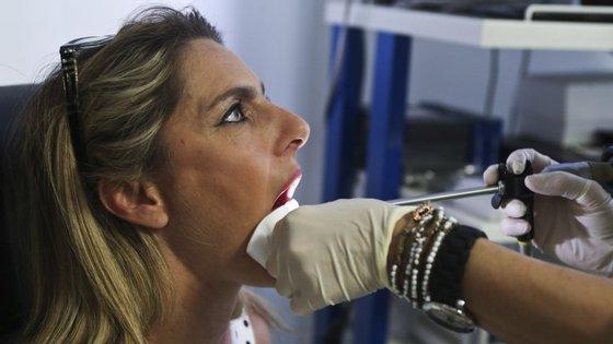 """Exame às cordas vocais feito com regularidade """"permite fazer o diagnóstico precoce de várias doenças"""", afirma a médica cirurgiã Clara Capucho"""