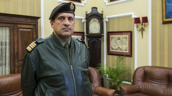 Coronel diretor José Sardinha Dias, fotografado no gabinete de direção no Colégio Militar, durante a reportagem do Observador.