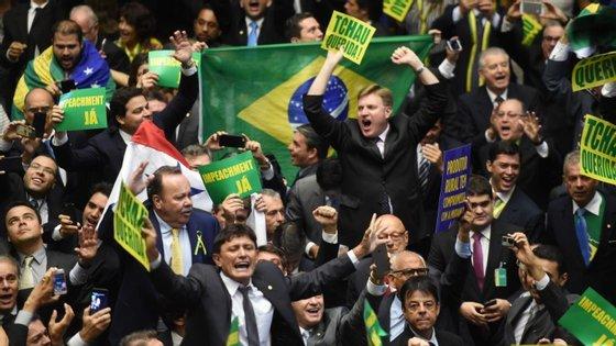 Deputados comemoram abertura do impeachment de Dilma Rousseff