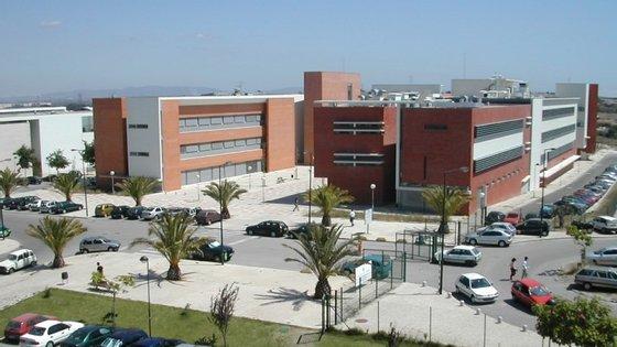 O incêndio teve lugar num dos laboratórios da Faculdade de Ciências e Tecnologia da Universidade Nova de Lisboa, no Monte da Caparica