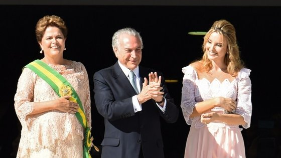 """O artigo da revista Veja qualifica a vice-primeira-dama do Brasil (à direita) de """"bela, recatada e do lar"""""""