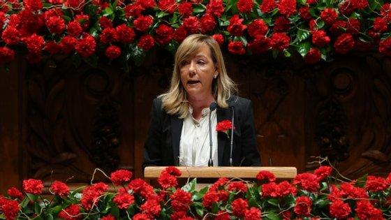 Um dos discursos mais duros foi o da ex-ministra da Justiça, Paula Teixeira da Cruz, que falou em nome da bancada do PSD com um cravo na lapela