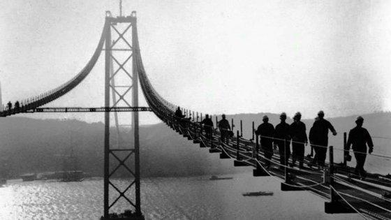 Imagem da construção da Ponte sobre o Tejo