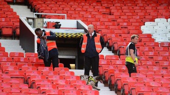 O alerta foi dado 20 minutos antes do início da partida e o recinto, com capacidade para 75.000 espetadores, foi evacuado