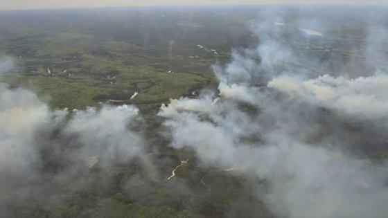 Incêndios a norte da Fort McMurray estavam a 20 quilómetros das instalações das companhias de produção de petróleo