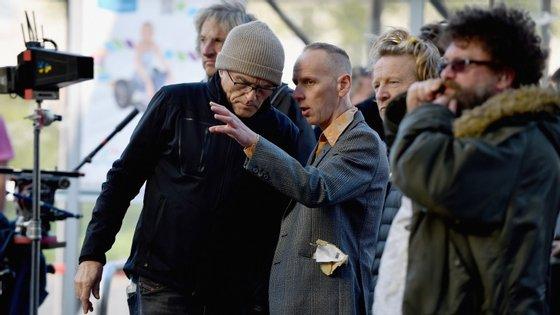 """O realizador Danny Boyle à conversa com o ator Ewan Bremner durante as filmagens do novo """"Trainspotting"""""""